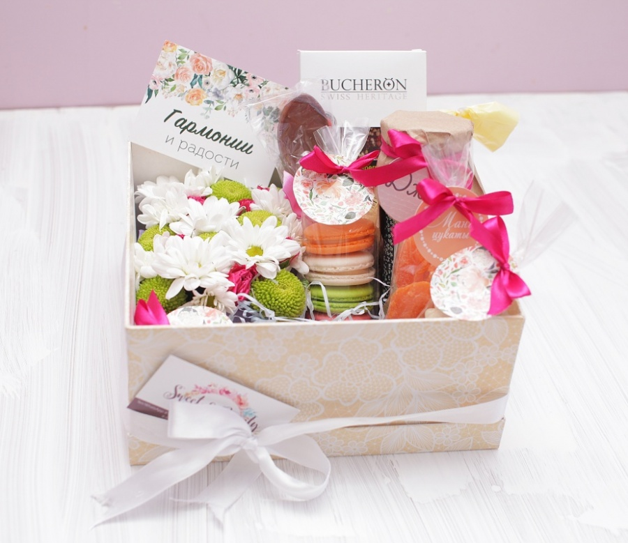 Коробка с цветами и подарками 649